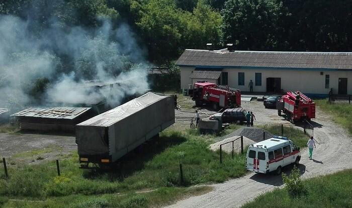 пожар на автостоянке возле полуприцепа