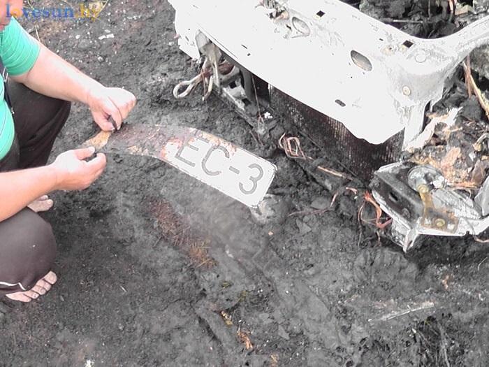 сгоревший автомобиль пежо партнёр номерной знак в руках