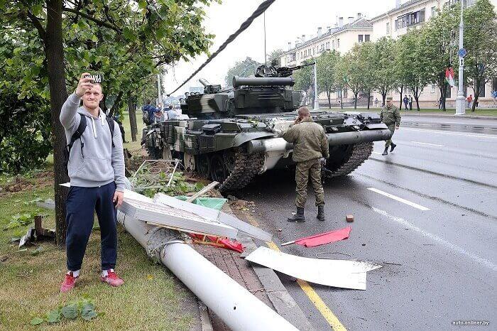 танк врезался в столб в минске селфи парень