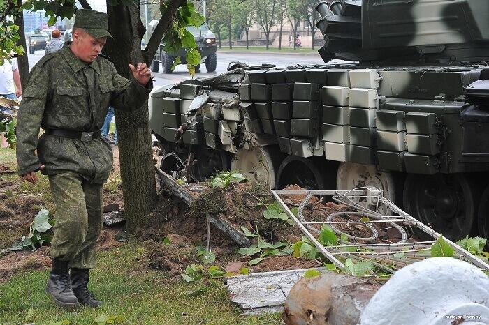 танк врезался в столб в минске военный солдат в форме