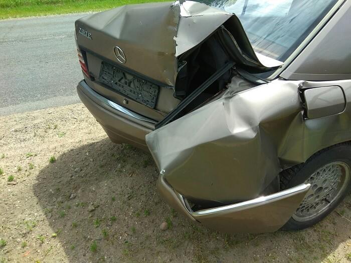 Автомобиль Mercedes-Benz W124 E260 врезался в столб 08.07.2017 багажник