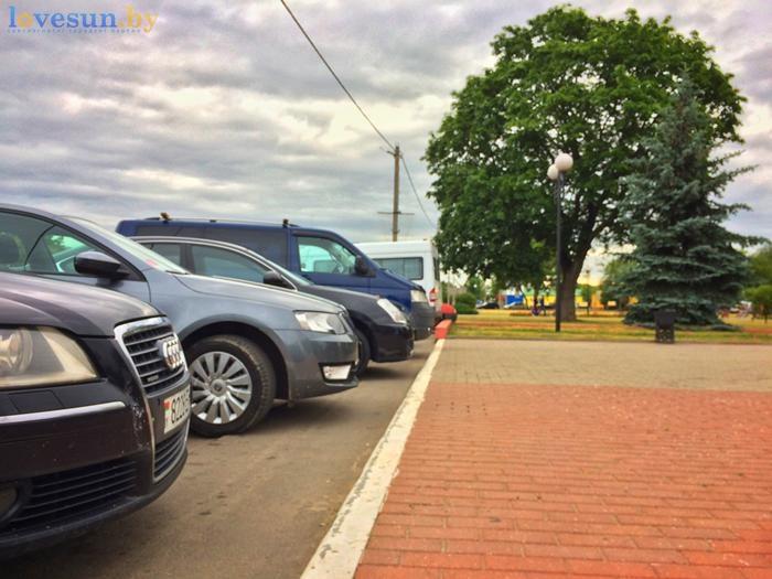 День независимости 2017 автомобили на парковке стоянке ауди
