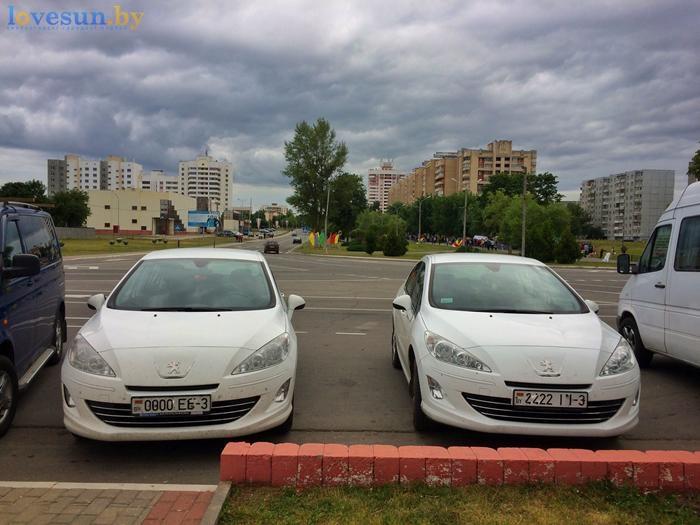 День независимости 2017 автомобили пежо белые на стоянке