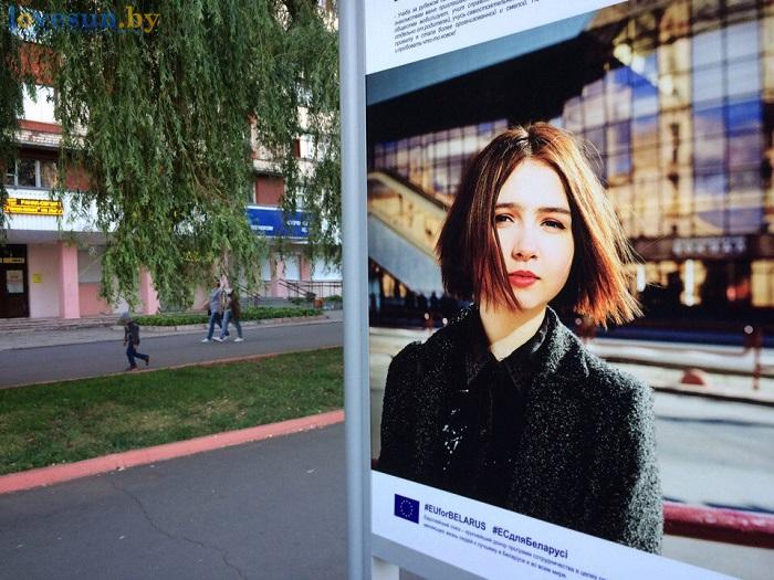 Выставка проекты в лицах. стенд ива девушка на фоне вокзала в минске