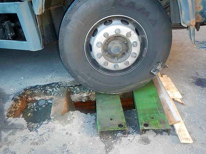 автомобиль маз провалился под асфальт 3