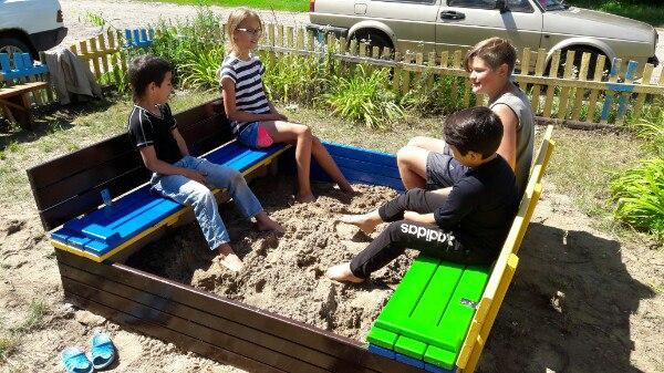 цветная самодельная песочница с крышкой и лавками дети 2