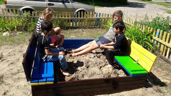 цветная самодельная песочница с крышкой и лавками дети