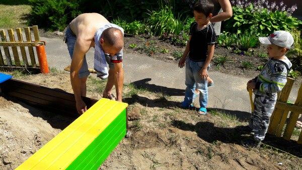 цветная самодельная песочница с крышкой и лавками монтаж 2