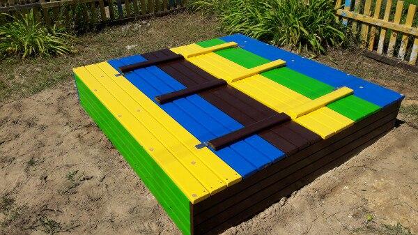 цветная самодельная песочница с крышкой и лавками закрыта 2