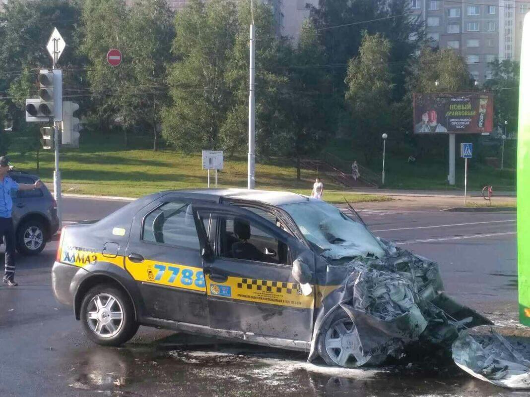 ДТП в Минске автобус и рено логан 2017-08-17 такси алмаз 7788