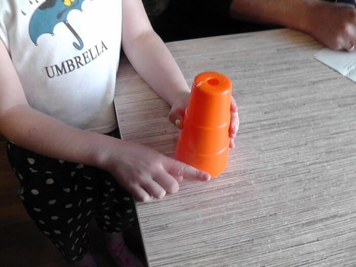 Палец ребенка застрял в игрушке (1)