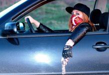 девушка с пистолетом в автомобиле криминал бандит вор угонщик