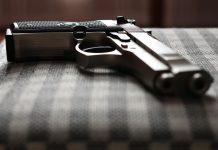 пистолет на стуле оружие