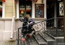 Девушка из Светлогорска мама с коляской нет пандуса поднимает руками