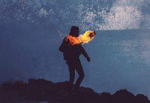 Факел горит возле человека ночь