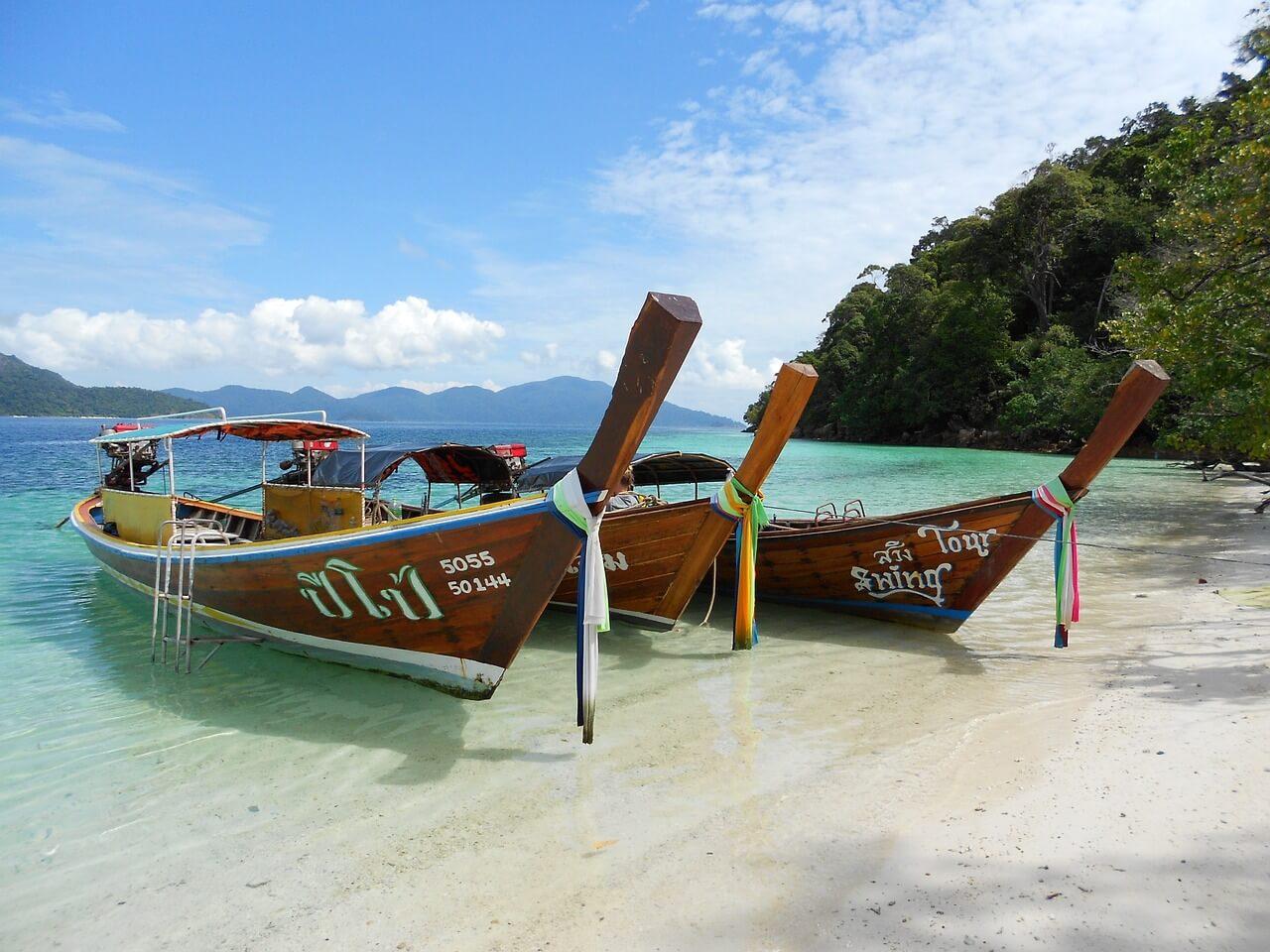 Лодки на море тайланд океан отдых