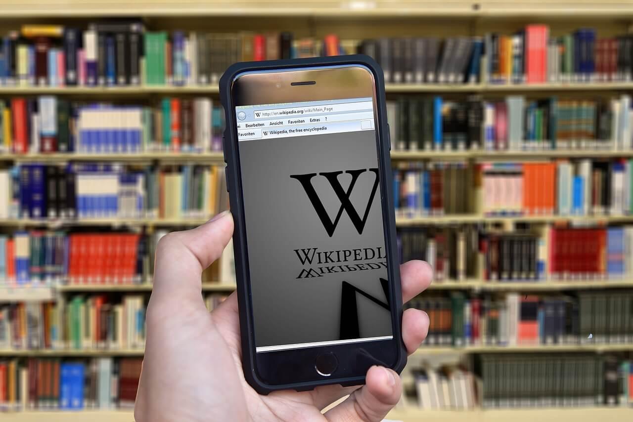 Смартфон (телефон) с википедией в библиотеке