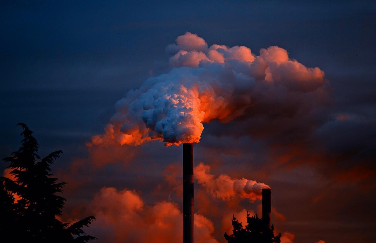 Загрязнение среды, дым из трубы