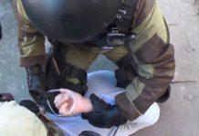 милиция задерживает подозхреваемого