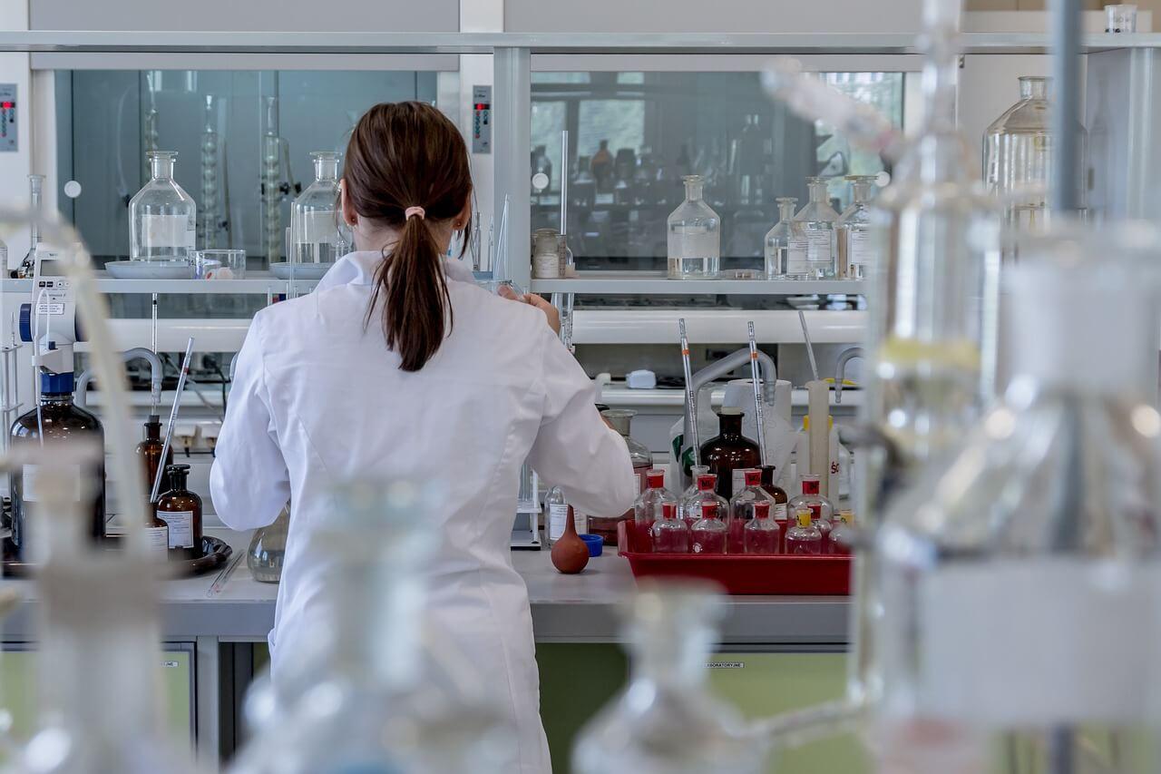 Девушка медик в лаборатории с препаратами