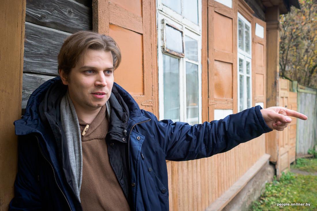 Павел береснев на фоне дома указывает пальцем
