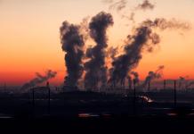 Загрязнение индустриальное, дым из труб заводов города ночью