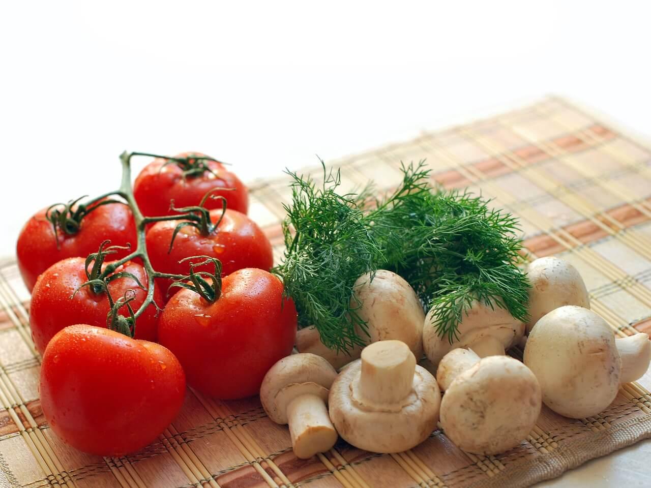 грибы и помидор томаты с зеленью овощи
