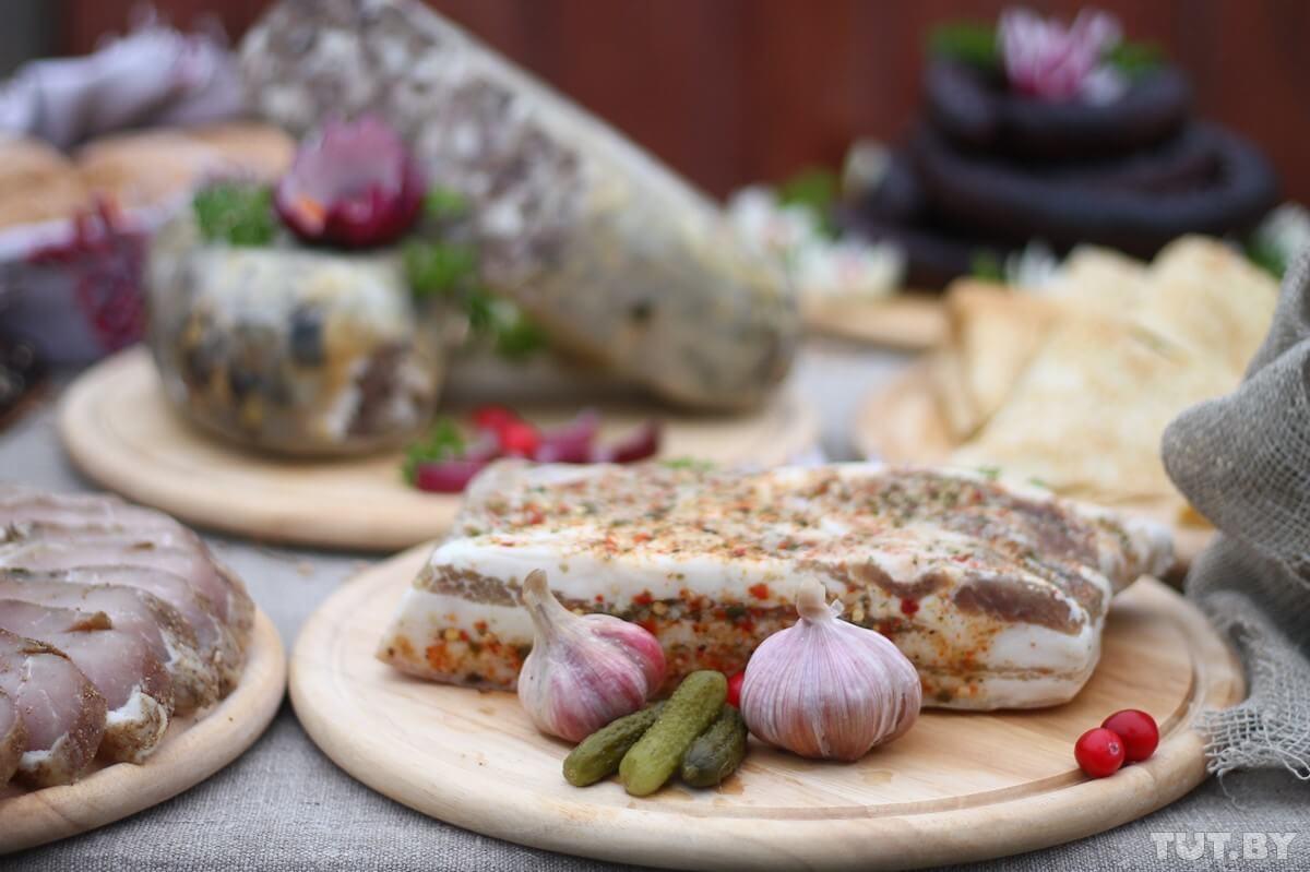 Дожинки в Житковичах, еда сало ческнок и огурцы