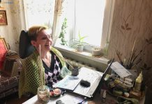 Любовь руснак Поездка к художнице с ограниченными возможностями смеется