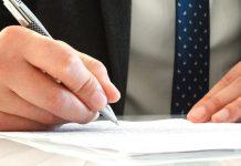 Ручка в руке пишет на бумаге адвокат