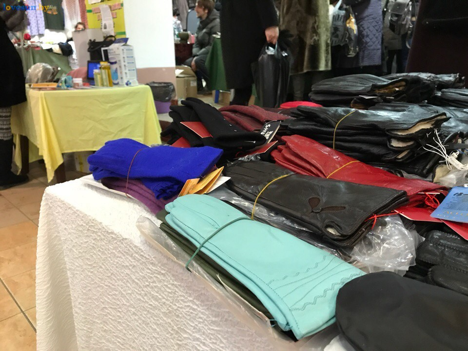 Выставка зимний ценопад в СЦК перчатки и варежки