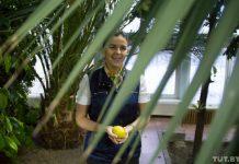 агроусадьба, где растут бананы девушка держит