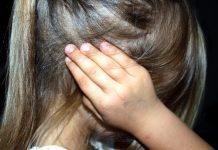 насилие над детьми девочка закрывает уши