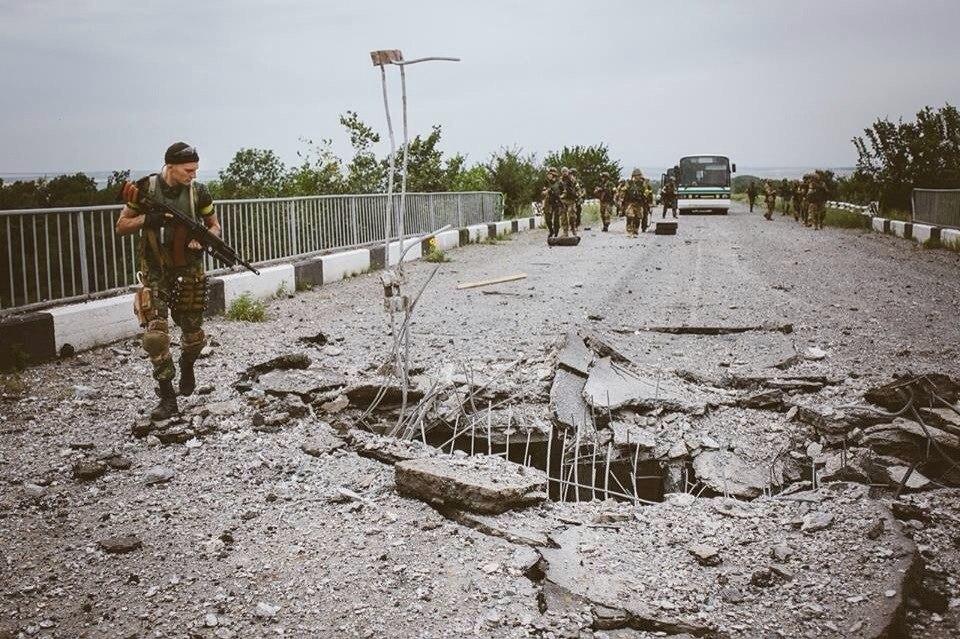 военный на мосту ЛНР
