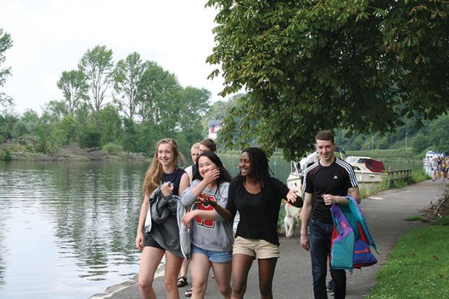 И.Борщев с новыми друзьями – участниками молодежного лагеря
