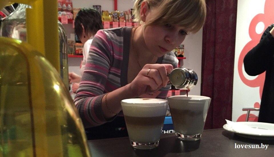 04.04.2015 кофейня в саргис сервисе 8 девушка, барриста