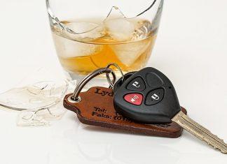нетрезвый за рулем ключ стакан алкоголь пьяный