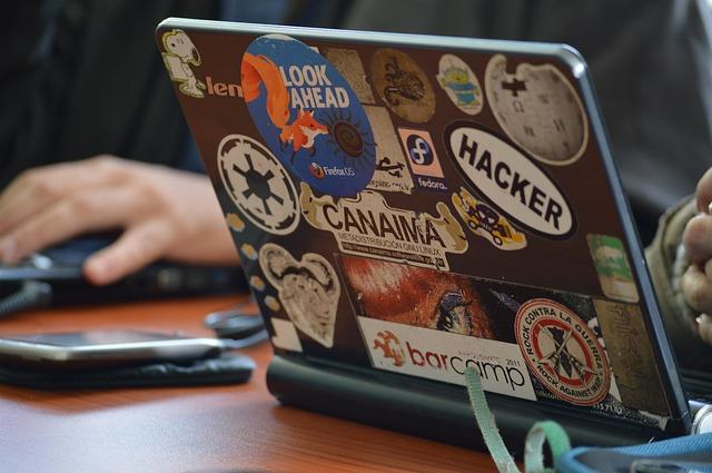 ноутбук с наклейками хакера, вирус, программа криминал