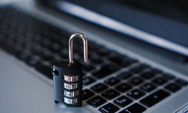 компьютер ПК защищён антивирус против хакера, замок с кодом и клавиатурой