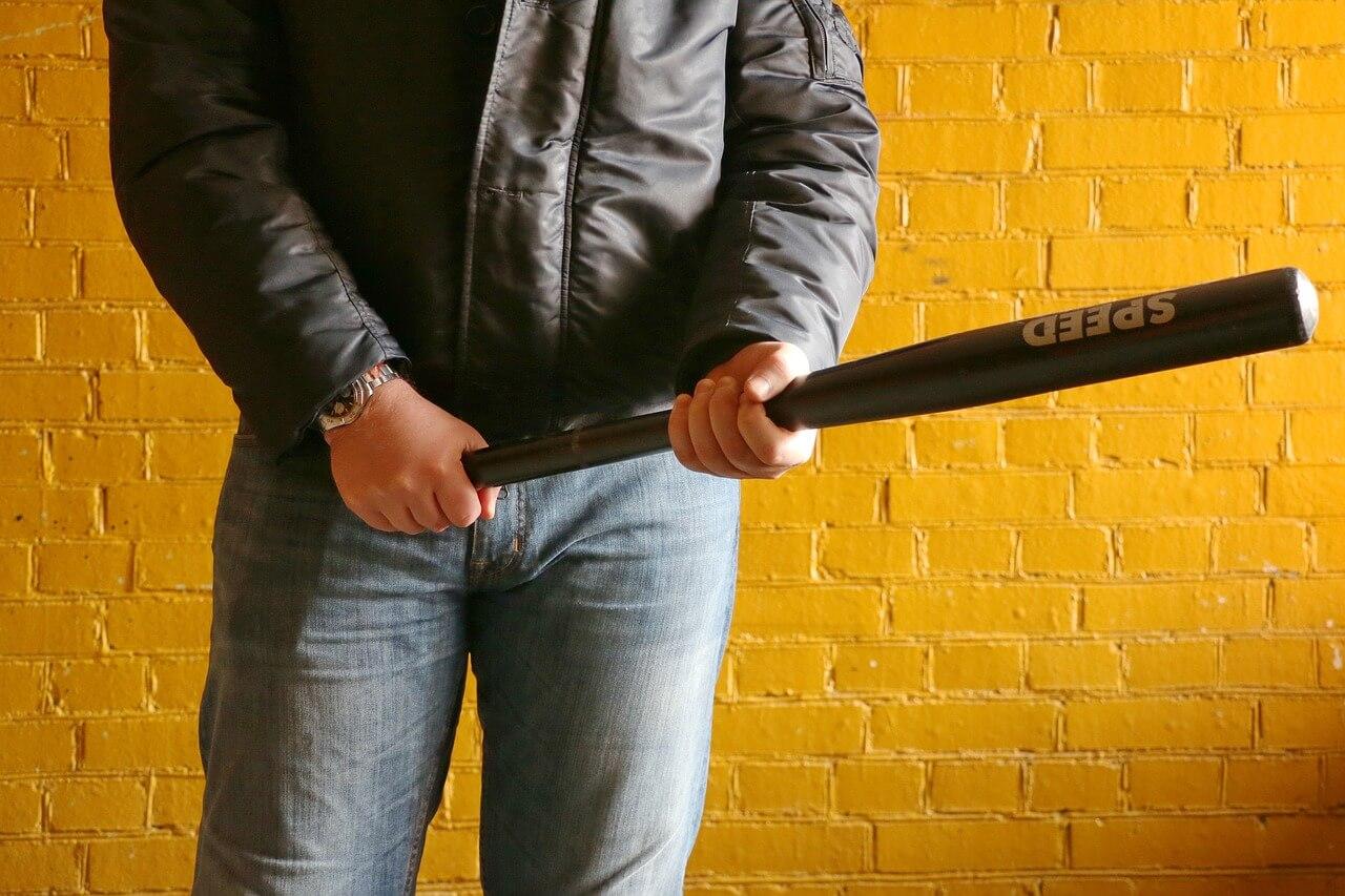 Бандит с битой драка удар избить