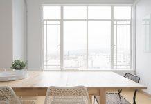 Окно в офисе, стол и стулья