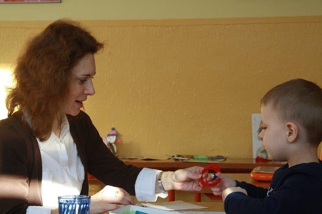 Преподаватель учитель в школе с ребенком