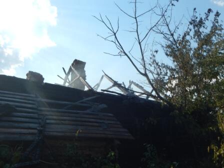 Сгорел дом в Карповичах августа 2017 кровля