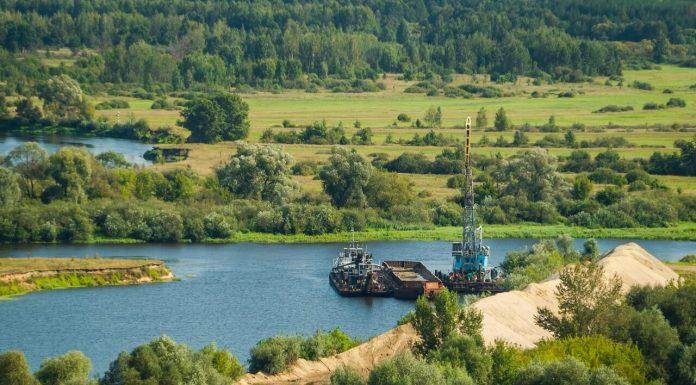 баржа и березина лодка с высоты котельной строящегося завода беленой целлюлозы