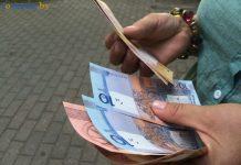 белорусские деньги в руках