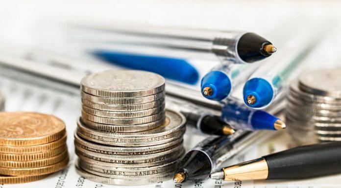 налог деньги и ручки документы бумага