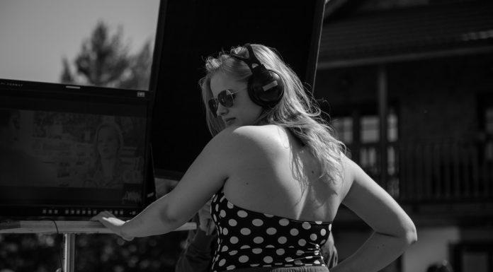 Александра Бортич на съёмках фильма Я худею в наушниках