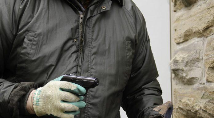 Бандит с пистолетом вор ограбление криминал