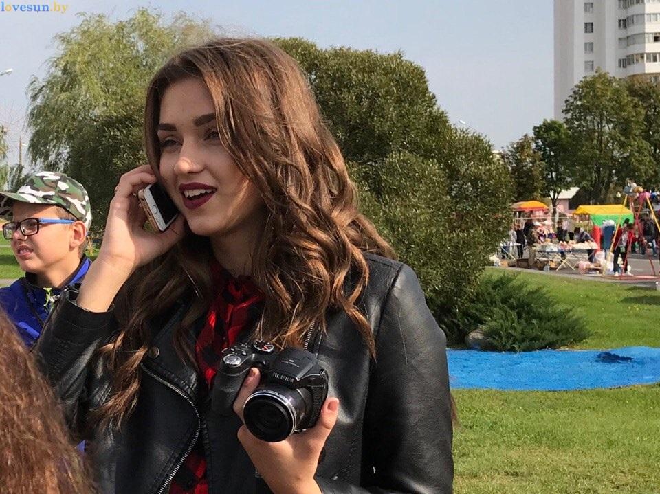 День города 2017 девушка говорит по телефону