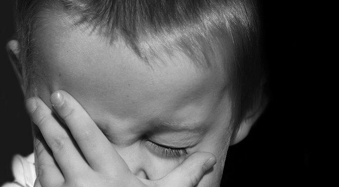 Ребёнок плачет мальчик